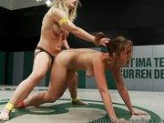 Heisse Lesben Girls ficken nackt beim Wrestling