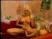 Geile blonde Milfs haben Sex in der Badewanne